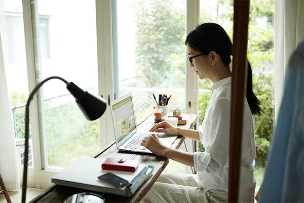 一人でホームページを作成する女性