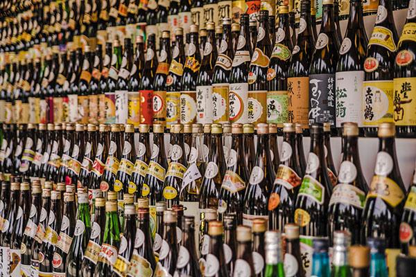 たくさんの日本酒が並んでいるようす