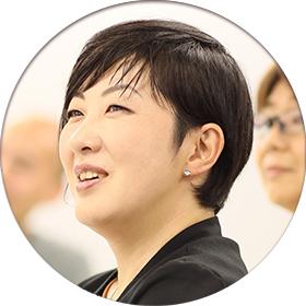 受講中の笑顔の女性